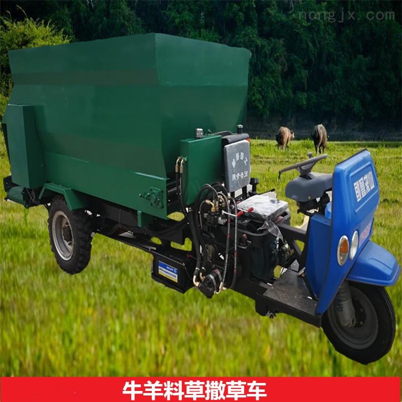 山东嘉祥种牛养殖场用撒料车饲料混合抛料车